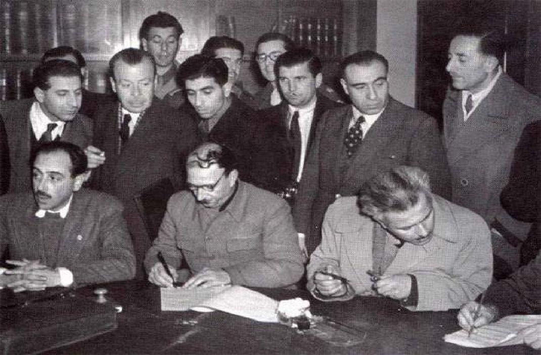 Η υπογραφή της Συμφωνίας της Βάρκιζας απ' τους τρεις αντιπροσώπους του ΕΑΜ